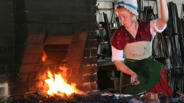 001-Aislinn-Lewis-Journeyman-Aislinn-Lewis-stokes-the-forge-to-heat-her-iron-to-proper-temperature.-Photo-courtesy-of-Fred-Blystone.jpg
