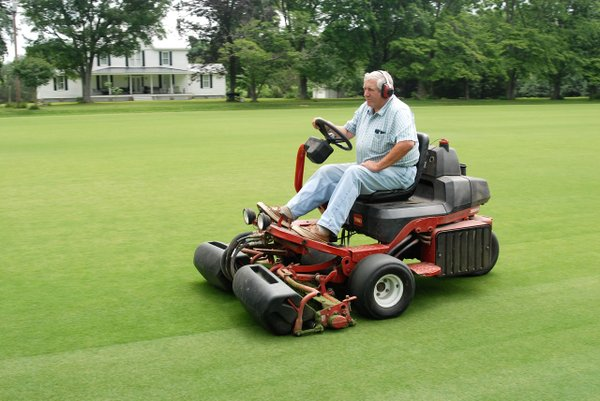 DSC_0156-Special-greens-mower-cuts-grass-to-smooth-short-length.-Photo-courtesy-of-Bob-Cerullo..jpg