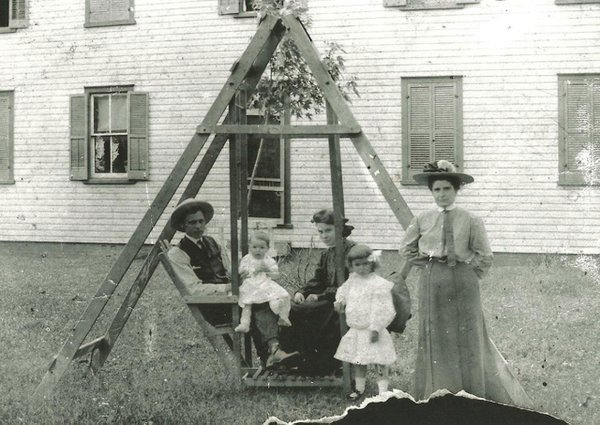 Ben-Griffith,-(L-R)-Emma-Griffith,-Esther-Lemoine,-Katherine-Griffith-and-Stage-Lemoine-Griffith-in-a-1905-family-photograph.-Photo-courtesy-of-David-Griffith.jpg